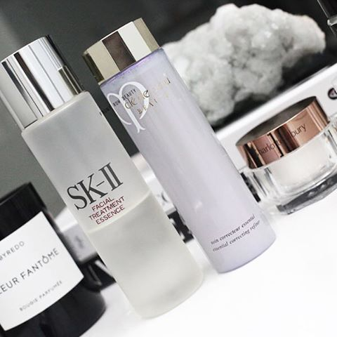 New skincare post is on my blog including two of favorite essence lotions #skii and#cledepeaubeaute (link in bio) #skincarejunkie #luxe…