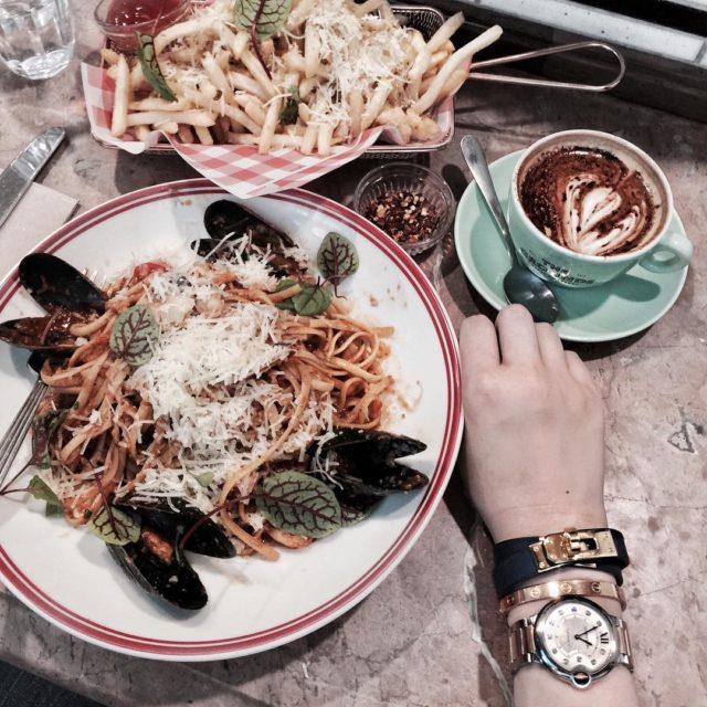 Friday lunch #foodie #sydneyfood #hermesdoubletour #kellydoubletour #cartierlovebangle #cartierwatch #cartierballonbleu #armswag #armstack #hermeslover #cartierlover #aotd #luxurystyle #今日のご飯 #styleblogger