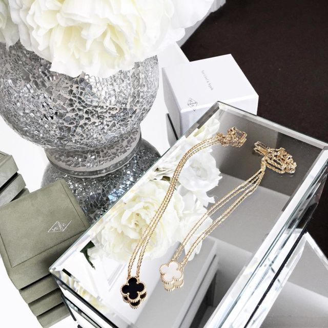 Too pretty #vancleefarpels #vancleefalhambra #vancleefnecklace #vcaalhambra #finejewelry #luxury #aotd #vca #luxuryfashion